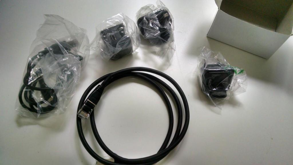 Ausgepackt - Miniserver Go mit Lan Kabel und Netzteil